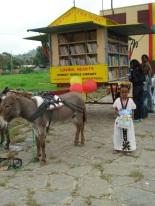 La biblioteca móvil causa sensación entre los niños y niñas etíopes. (Adeyabeba Bekele/IPS)